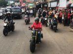presiden-joko-widodo-berjaket-merah-menunggangi-motor-barunya.jpg