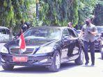 presiden-joko-widodo-menyapa-warga-dari-balik-mobilnya.jpg