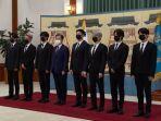 presiden-moon-jae-in-saat-memberikan-paspor-diplomatik-kepada-anggota-bts.jpg