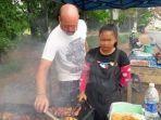 pria-bule-bersama-istrinya-menjual-ayam-bakar-di-thailand.jpg