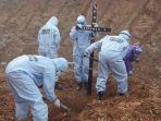proses-pemakaman-jenazah-positif-covid-19-di-kabupaten-berau.jpg