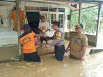 proses-pemberian-logistik-kepada-warga-terdampak-banjir-di-kelurahan-riko.jpg