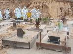 proses-pemindahan-jenazah-dari-makam-yang-hampir-amblas-ke-lokasi-tanah-dasar.jpg
