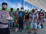 puluhan-pmi-yang-dideportasi-dari-malaysia-belum-lama-ini-di-pelabuhan-tunon-taka-nunukan.jpg
