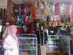 pusat-penjualan-souvenir-tradisional-di-kawasan-rumah-adat-baloy-mayo.jpg