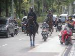 rahmad-masud-menunggangi-kuda-hitam-di-lapangan-merdeka-sambil-mengajak-anak-anak-naik-kuda.jpg
