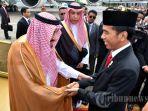 raja-arab-saudi-salman-bin-abdulaziz-al-saud-bersalaman-dengan-presiden-joko-widodo_20170413_193803.jpg