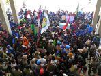 ratusan-mahasiswa-dan-buruh-bersatu-menggelar-aksi-unjuk-rasa-di-gedung-dprd-bontang.jpg