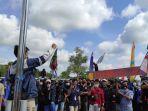 ratusan-mahasiswa-dan-buruh-bersatu-menggelar-aksi-unjuk-rasa.jpg