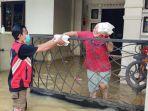 relawan-info-taruna-samarinda-membagikan-makanan-siap-santap-kepada-korban-banjir.jpg