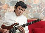 rhoma-irama-saat-bermain-gitar-30062020.jpg