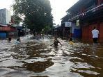 saat-banjir-genangan-air-justru-menjadi-wahana-dadakan-bagi-anak-anak.jpg