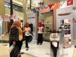 salah-satu-pengunjung-mall-yang-datang-di-booth-honda-genio-dalam-acara-kejutan-festival-honda-2019.jpg