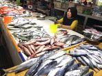 salah-satu-penjual-ikan-pasar-induk-sangatta-utara-kabupaten-kutai-timur.jpg
