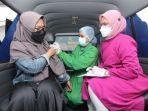 salah-seorang-karyawan-tribun-kaltim-menjalani-vaksinasi-melalui-gerai-vaksin-presisi-mobile.jpg