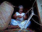 salah-seorang-pengrajin-tas-rotan-khas-suku-dayak-di-kampung-teluk-sumbang-kecamatan-biduk-biduk.jpg