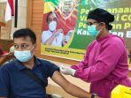 salah-seorang-wartawan-di-kabupaten-berau-saat-mengikuti-vaksinasi-covid-19-di-balai-mufakat.jpg