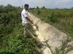 saluran-irigasi-di-kampung-labanan-makmur-mengering.jpg