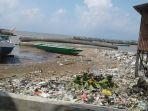 sampah-plastik-di-pantai-kampung-nelayan-manggar_20180723_114813.jpg