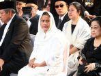sby-bersama-para-pelayat-di-rumah-duka-ani-yudhoyono.jpg