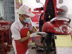 servis-motor-mekanik-menyervis-motor-customer-di-benkel-ahass.jpg