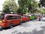 sopir-angkot-mogok-massal-kendaraan-parkir-di-depan-kantor-dishub_20180205_150930.jpg