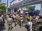 spsi-menggelar-aksi-unjuk-rasa-mendesak-pemerintah-daerah.jpg