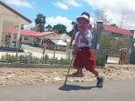 stenly-yesi-ndun-bocah-berusia-tujuh-tahun-yang-memiliki-satu-kaki-saat-memakai-tongkat.jpg