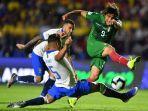 striker-bolivia-marcelo-martins-kanan-dikawal-gelandang-bertahan-brasil.jpg