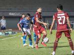 striker-borneo-fc-francisco-torres-kanan-sedang-menguasai-bola.jpg