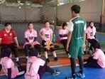 suasana-atlet-handball-bola-tangan-kaltim-melakukan-latihan-di-lapangan-futsal-vorvo.jpg