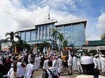 suasana-massa-aksi-yang-tergabung-dalam-aliansi-nasional-anti-komunis-anak-nkri-di-depan-kantor.jpg