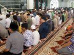 suasana-ratusan-umat-islam-di-kabupaten-berau-melaksanakan-salat-gerhana-matahari.jpg