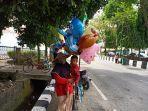 suli-42-mengajak-anaknya-alvin-5-berjualan-balon-aneka-bentuk-setiap-hari-di-jalan-pahlawan.jpg