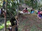susah-sinyal-anak-anak-desa-ini-harus-jalan-kaki-2-km-dan-panjat-pohon-supaya-bisa-belajar-online.jpg