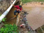 tampak-pengambilan-sampel-pasca-insiden-sungai-tercemar-jumat-392021.jpg