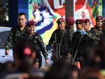 tentara-meninggalkan-mal-perbelanjaan-terminal-21-di-kota-korat-thailand-minggu-922020.jpg