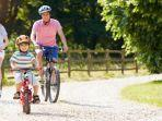 thinkstock-bermain-sepeda-bersama-keluarga.jpg
