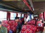 tribun-jabarfirman-wijaksana-petugas-mengatur-tempat-duduk-penumpang-di-dalam-bus.jpg