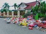 tumpukan-sampah-di-depan-rumah-megah-ini-memenuhi-jalan-a-yani-atau-paya-rupiah-jumat-3172020.jpg