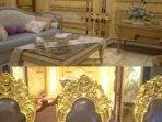 viral-rumah-mewah-berlapis-emas-dibangun-10-tahun-ada-99-kamar-pemiliknya-kakak-seorang-musisi.jpg