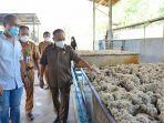 wabup-kubar-h-edyanto-arkan-meninjau-di-lokasi-pabrik-karet-hasil-pertanian-warga.jpg