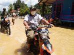 wakil-bupati-berau-gamalis-mengendarai-sepeda-motor-meninjau-langsung-lokasi-banjir-trib.jpg