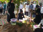 wakil-bupati-ppu-hamdam-mengikuti-pemakaman-wakil-bupati-ppu-ihwam-datu-adam-periode-2003-2008.jpg