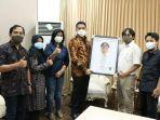 walikota-samarinda-andi-harun-berfoto-bersama-dengan-ade-mayasanto-pimpinan-redaksi.jpg
