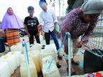 warga-kecamatan-sambutan-antre-air-bersih.jpg