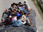 warga-menaiki-truk-untuk-pulang-ke-kampung-halamannya.jpg