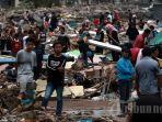 warga-mencari-sanak-saudaranya-yang-hilang-sambil-melihat-lokasi-tsunami.jpg