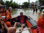 warga-patah-kaki-banjir-samarinda_1.jpg