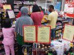 warga-sedang-berbelanja-kebutuhan-sehari-hari-di-gerai-minimarket-alfamart.jpg